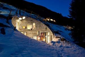 uma casa enterrada na montanha