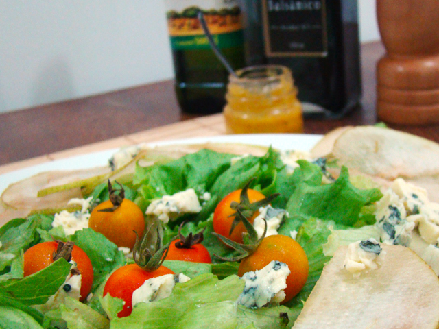 salada pera e gorgonzola